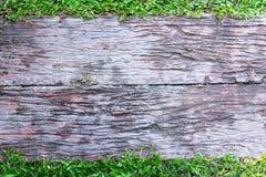 Piso concreto con el marco del modelo del tablero de madera con la hierba fotos de archivo libres de regalías