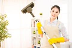 Piso de la limpieza del ama de casa con vacío Fotografía de archivo