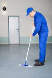 Piso de la limpieza del trabajador Imagen de archivo