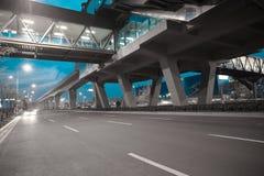 Piso de la superficie de la carretera de ciudad con el puente del viaducto Fotos de archivo libres de regalías