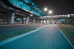Piso de la superficie de la carretera de ciudad con el puente del viaducto Imágenes de archivo libres de regalías