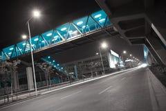 Piso de la superficie de la carretera de ciudad con el puente del viaducto fotos de archivo