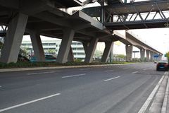 Piso de la superficie de la carretera de ciudad con el puente del viaducto imagen de archivo libre de regalías