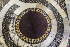 Piso de mármol adornado con los mosaicos en una iglesia en Roma, Italia Imagenes de archivo