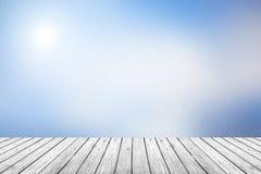 Piso de madera con el fondo borroso del cielo azul Fotos de archivo