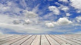 Piso de madera con el lapso de tiempo de nubes móviles y del cielo azul almacen de video