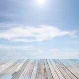 Piso de madera con el paisaje hermoso del cielo azul para el fondo Imagenes de archivo