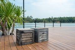 Piso de madera con la opinión del lago para activitiy al aire libre Fotos de archivo