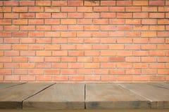 Piso de madera con la pared de ladrillo vieja Fotografía de archivo