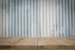 Piso de madera con vieja textura del tejado de la hoja de metal Imagen de archivo libre de regalías