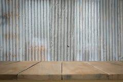Piso de madera con vieja textura del tejado de la hoja de metal Fotografía de archivo libre de regalías