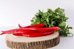 Piso de madera de pimientas de chile rojo Foto de archivo