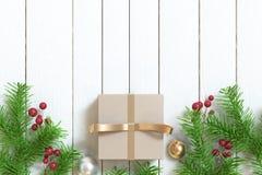 Piso de madera del fondo de la Navidad de la árbol-hoja de la bola de la cinta del oro de la caja de regalo de Brown fotografía de archivo libre de regalías