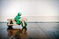 Piso de madera del ona del moterbike de madera con la reflexión foto de archivo