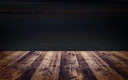 Piso de madera delante de una imagen oscura del campo del país abierto Fotos de archivo libres de regalías