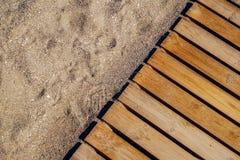 Piso de madera en la playa arenosa Imagenes de archivo