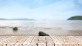 piso de madera 4K contra fondo del extracto de la playa del mar de la naturaleza de la falta de definición almacen de video