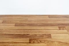Piso de madera laminado con la pared blanca fotos de archivo