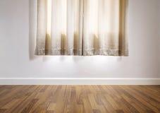 Piso de madera laminado con la pared blanca, con la cortina fotografía de archivo