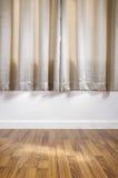 Piso de madera laminado con la pared blanca, con la cortina imagen de archivo libre de regalías