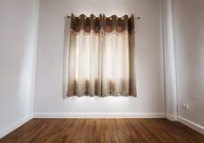 Piso de madera laminado con la pared blanca, con la cortina imagen de archivo