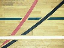 Piso de madera pintado, madera dura del entarimado en cancha de básquet El piso visto desde arriba fotografía de archivo libre de regalías