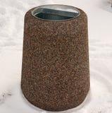 Piso de piedra de la urna con nieve Imágenes de archivo libres de regalías