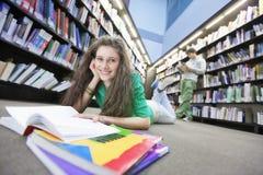Piso de Studying On Library del estudiante Imagenes de archivo