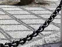 Piso del mármol del guijarro y cadena grande del hierro foto de archivo