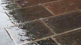 Piso del pórfido en la lluvia almacen de video