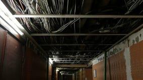 Piso del sótano de un edificio de apartamentos con comunicaciones almacen de video