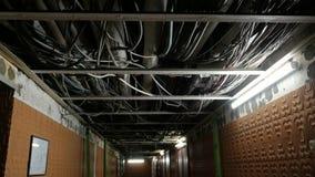 Piso del sótano de un edificio de apartamentos con comunicaciones metrajes