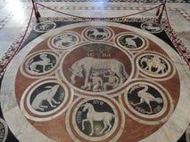 Piso en la catedral - Siena Imagen de archivo libre de regalías