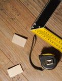 Piso laminado y herramientas usados fotografía de archivo libre de regalías