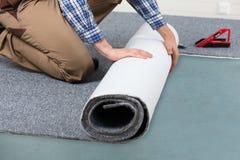 Piso masculino de Rolling Carpet On de la manitas foto de archivo