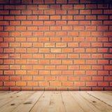 Piso rojo viejo de la pared de ladrillo y de madera Foto de archivo