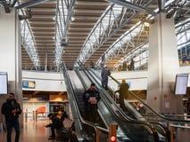 Piso superior ascendente de la gente del aeropuerto de Hamburgo foto de archivo