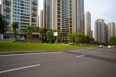 Piso vacío de la superficie de la carretera con los edificios del streetscape de la ciudad Imágenes de archivo libres de regalías