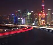Piso vacío del camino con vista de pájaro en el horizonte de la Federación de Shangai imágenes de archivo libres de regalías