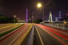 Piso vacío del camino en el rastro de la luz del coche de la escena de la noche imagenes de archivo