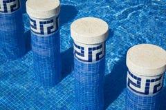 Piso y pasos de mosaico de la piscina Fotos de archivo libres de regalías