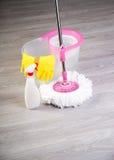 Pisos que se lavan, limpiando el apartamento Imagen de archivo libre de regalías