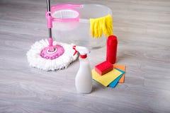 Pisos que se lavan, limpiando el apartamento Imágenes de archivo libres de regalías
