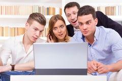 Pissé groupe occasionnel d'amis parce que résultats regardant sur la La Image stock