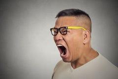 Pissé l'homme fâché contrarié fol avec des verres ouvrent la bouche criant Images libres de droits