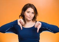 Pissed από τη γυναίκα, που δίνει τον αντίχειρα κάτω από τη χειρονομία με το χέρι στοκ φωτογραφία με δικαίωμα ελεύθερης χρήσης