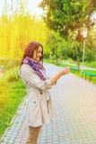 Pissenlit de femme de parc photos libres de droits