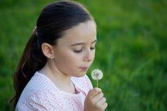 Pissenlit de soufflement de fille Photographie stock libre de droits