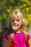 Pissenlit de soufflement de fille Image stock