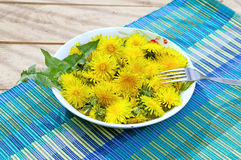 Pissenlits jaunes d'un plat Photo stock